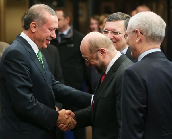 In Brüssel wird der türkische Premier Erdoğan noch mit allen Ehren empfangen (hier am Dienstag bei seinem Besuch), die internationalen Kapitalgeber erwarten wenig Gutes für die Türkei. (Foto: dpa)