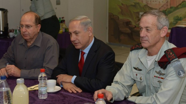 Prime Minister Benjamin Netanyahu (center), Defence Minister Moshe Ya'alon and IDF Chief of Staff Benny Gantz in a meeting on January 27, 2014. (photo credit: Amos Ben Gershom/GPO/Flash90)