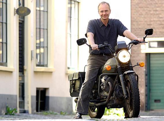 zelf rijdt Kampniet op gas, hij kijkt wel uit, maar op duurzame uit soja-bonen-zaad geperste eco-olie.