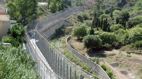 Dit hek moet uitgerust worden met automatische geschutstorens