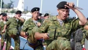 afp. Russische mariniers voeren een militaire oefening uit in Sevastopol op de Krim.