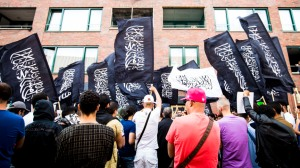 2014-07-24 18:31:31 DEN HAAG - Pro IS-demonstranten tijdens een protest in de Haagse Schilderswijk. ANP