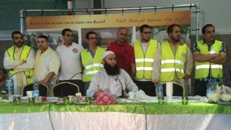PvdA-raadslid Khalid Tatou (tweede van links) staat in djellaba op de foto met de radicale prediker Tarik ibn Ali.