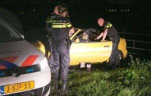 Agenten voelen de inzittenden van de verdachte auto aan de tand. foto caspar huurdeman