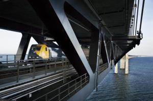 een trein over de Oresund brug